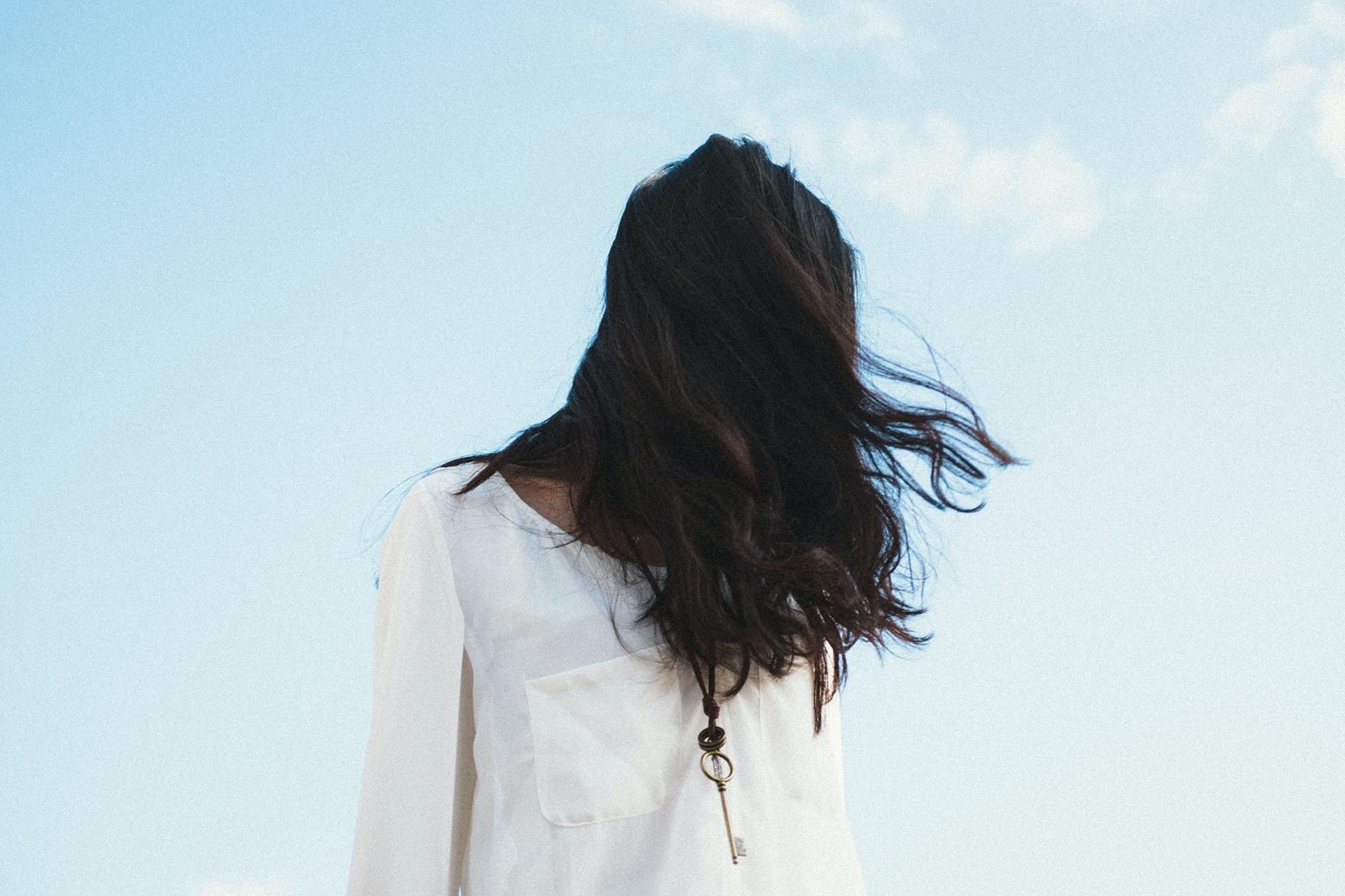 Confira as principais diferenças entre os cuidados com os cabelos secos e oleosos